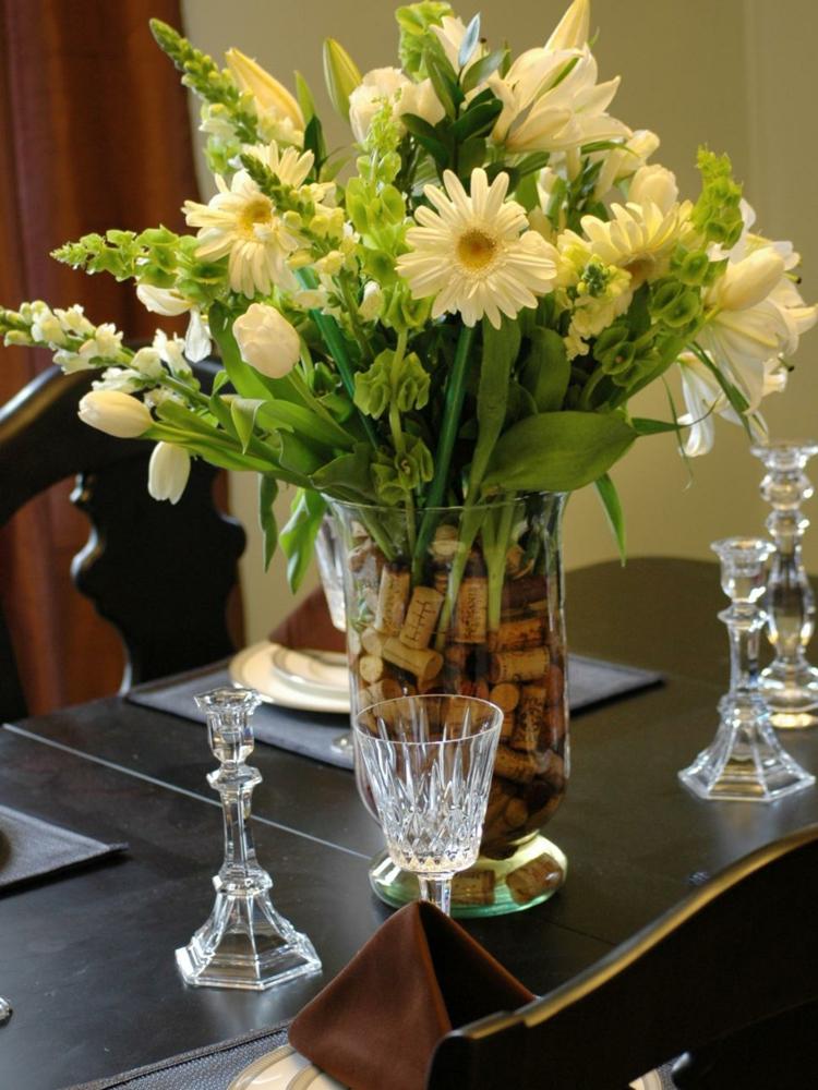 botellas corchos vino flores copas