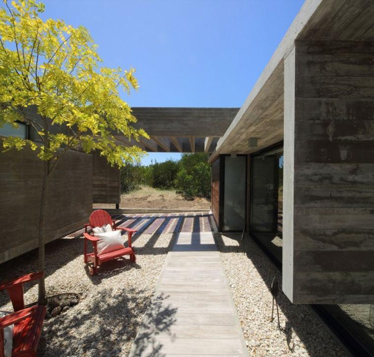 casas lujosas residencia jardin sillones madera rojos ideas