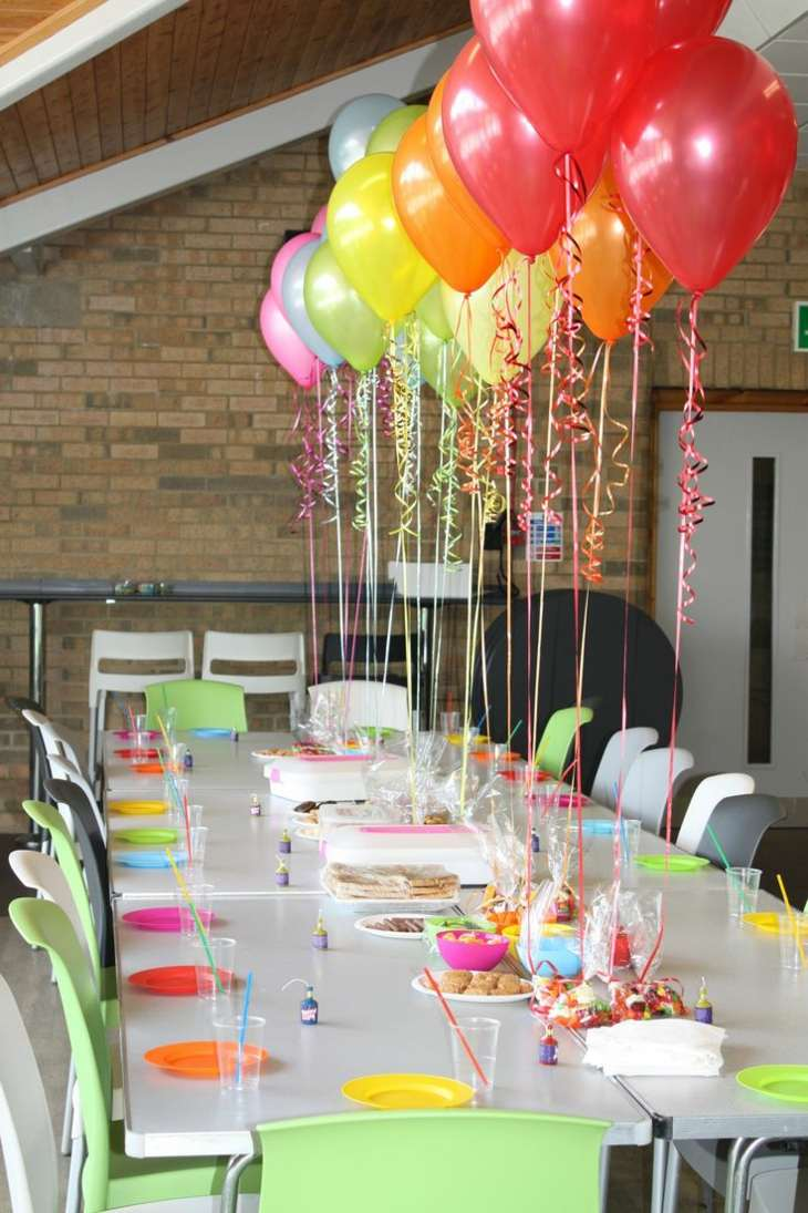 Decoracion con globos interesantes ideas para cualquier - Centros de mesa con globos ...
