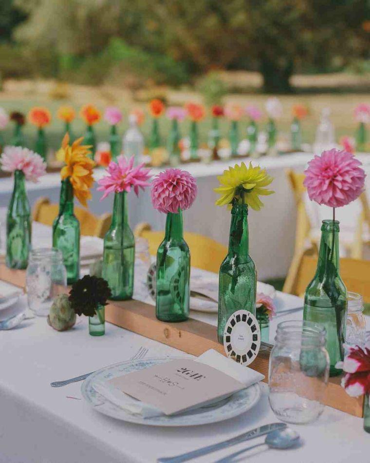 centros de mesa sencillos para boda botellas cristal verdes flores ideas