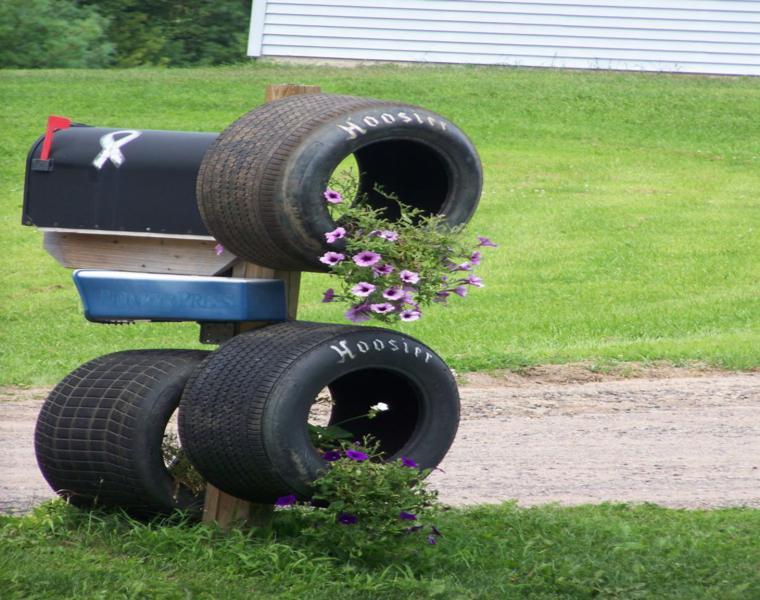 decoración buzon ruedas viejas