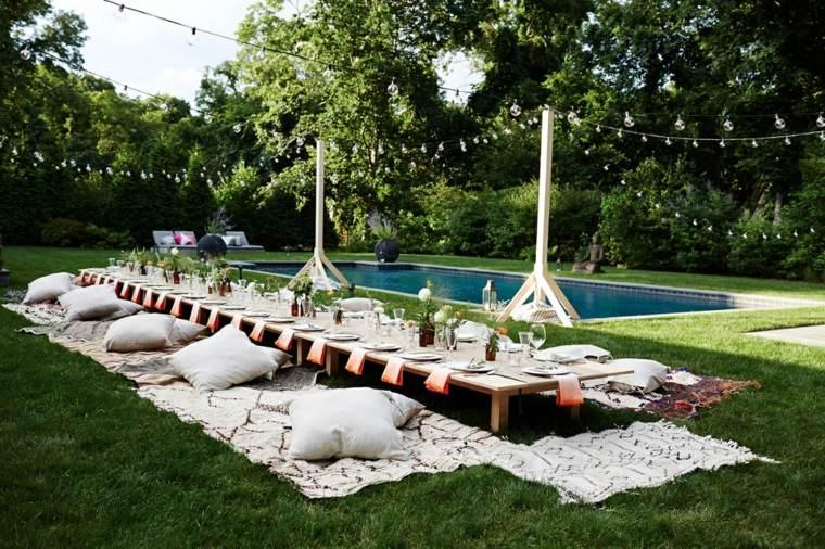 decoracion romantica jardin amplio cesped cojines suelo ideas