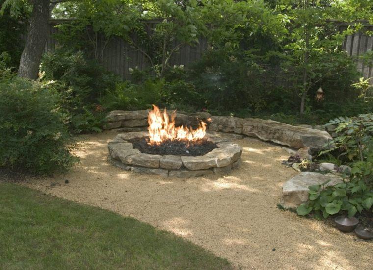 diseño chimenea hoguera jardín piedra
