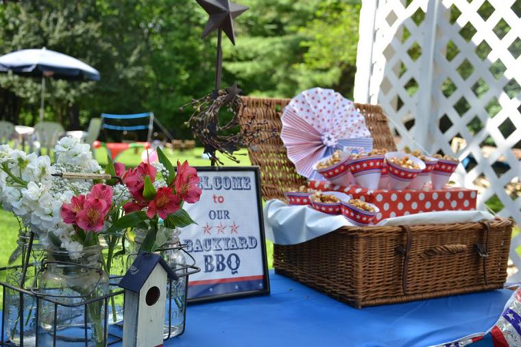 fiestas al aire libre mesa cesto mantel azul ideas