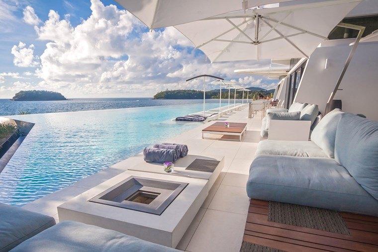 fotos piscinas muebles jardin blancos piscina amplia ideas