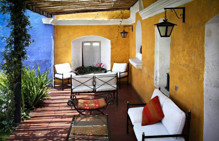 iluminacion-farolas-pared-iluminan-porche
