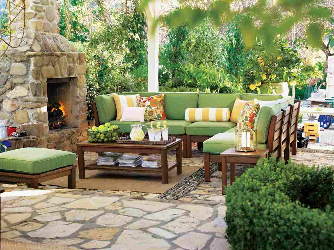 iluminar-jardin-moderno-farolas-chimenea-muebles-madera