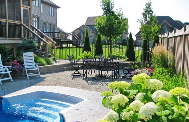 jardin diseno contemporaneo flores blancas piscina ideas