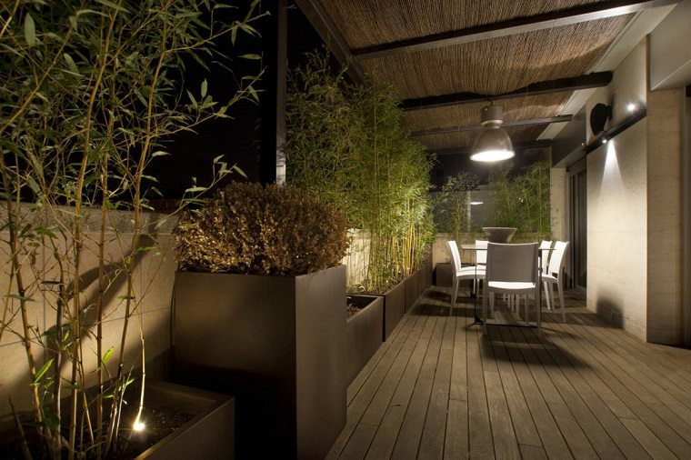 Terrazas decoradas con luces muy atractivas for Lamparas para patios exteriores