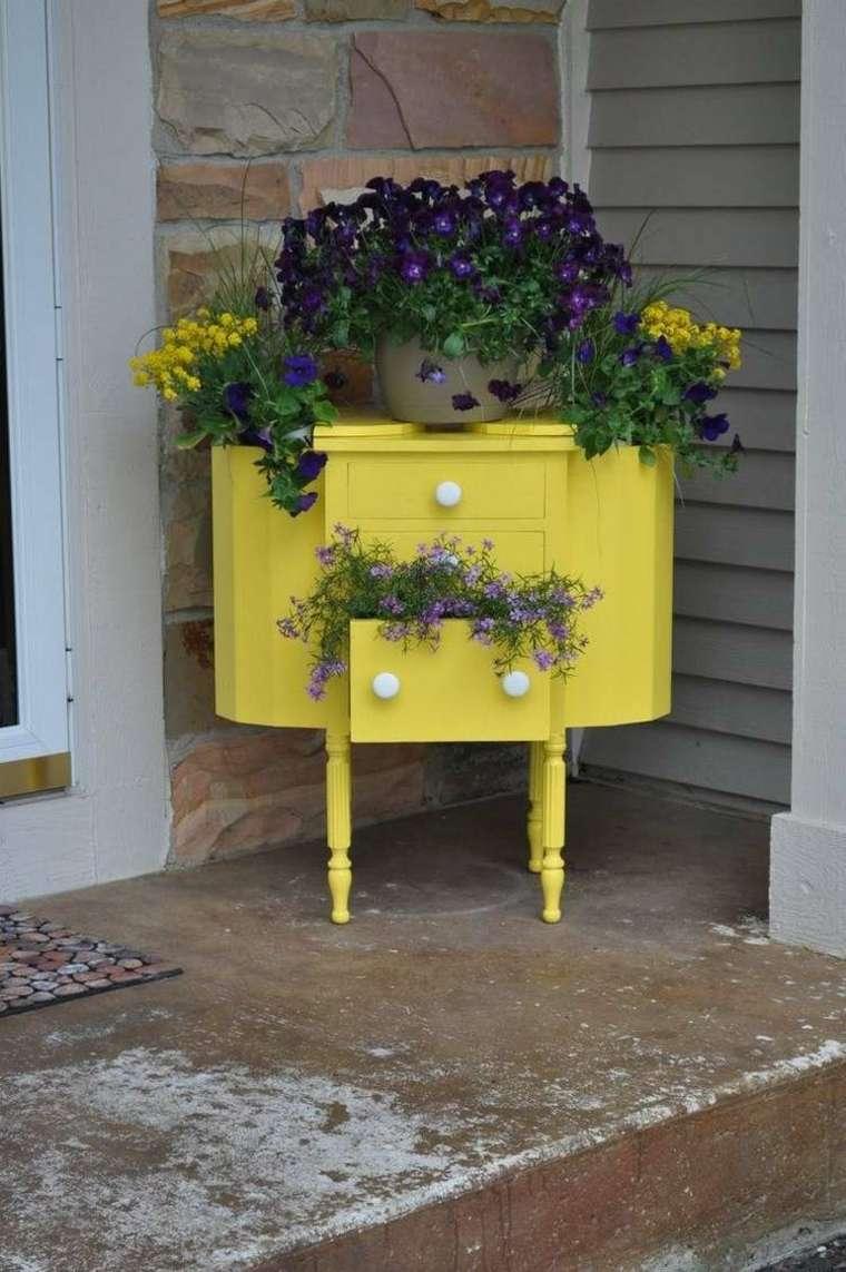 mueble comoda amarilla llena plantas