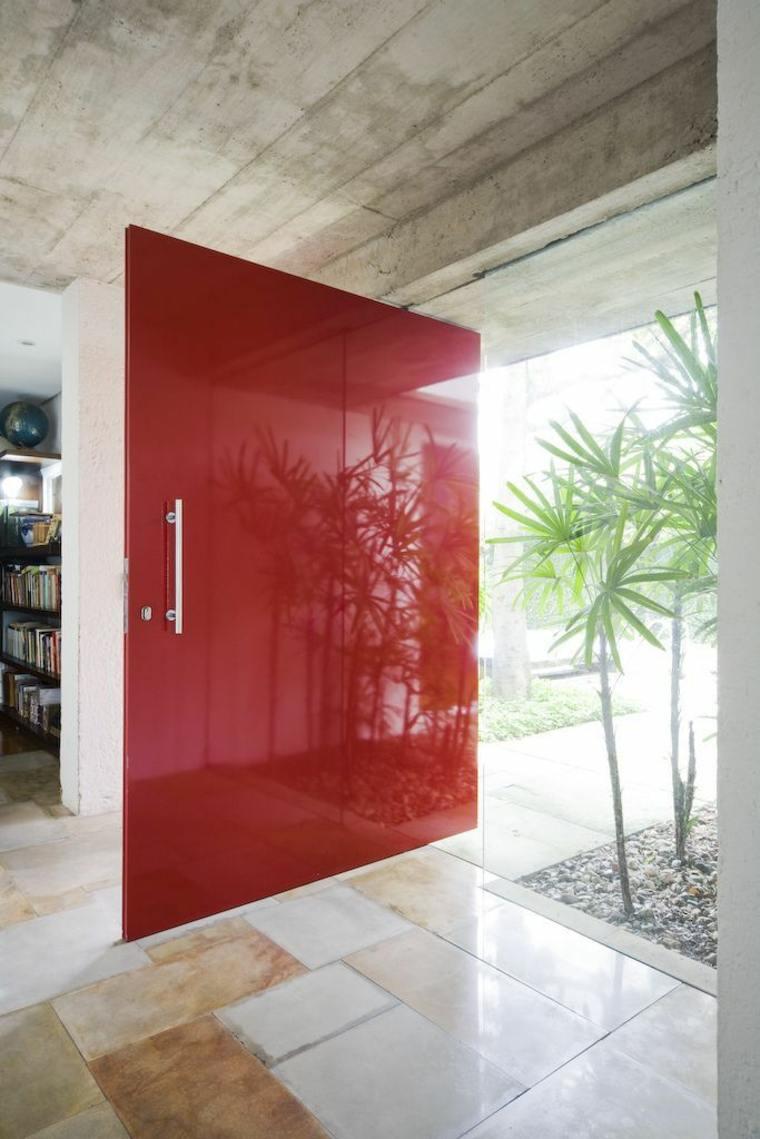 puerta lacada color rojo