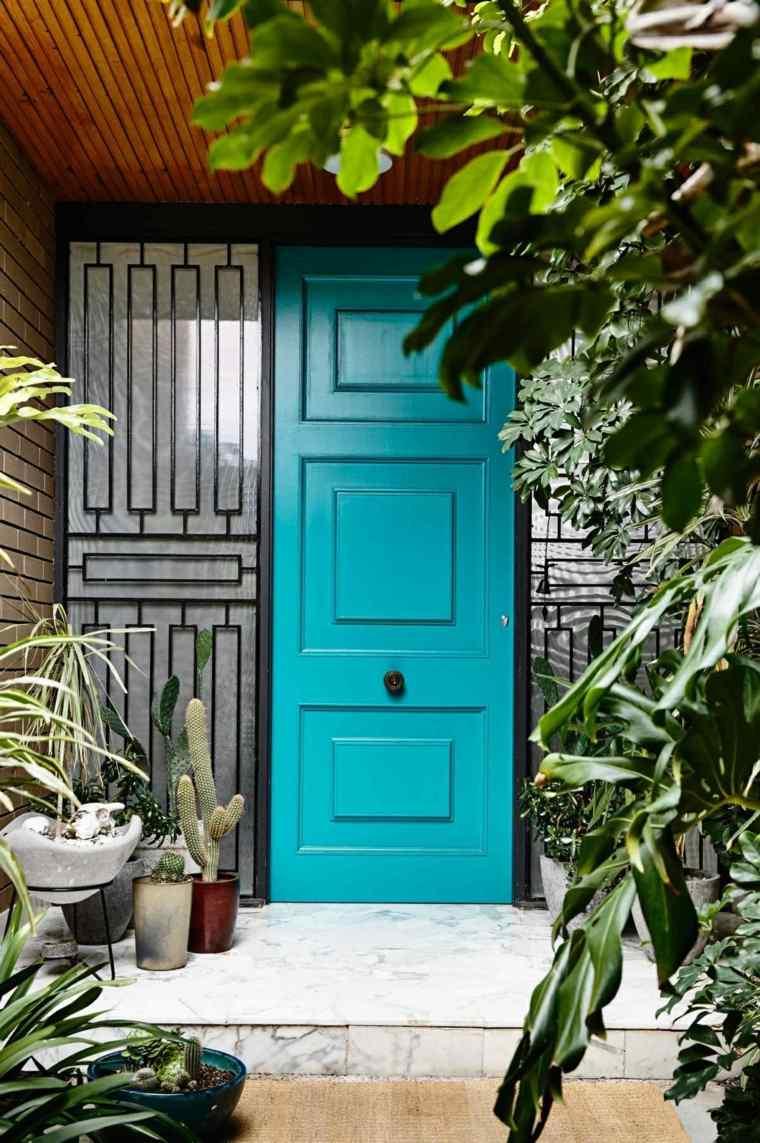 puerta entrada color azul turquesa