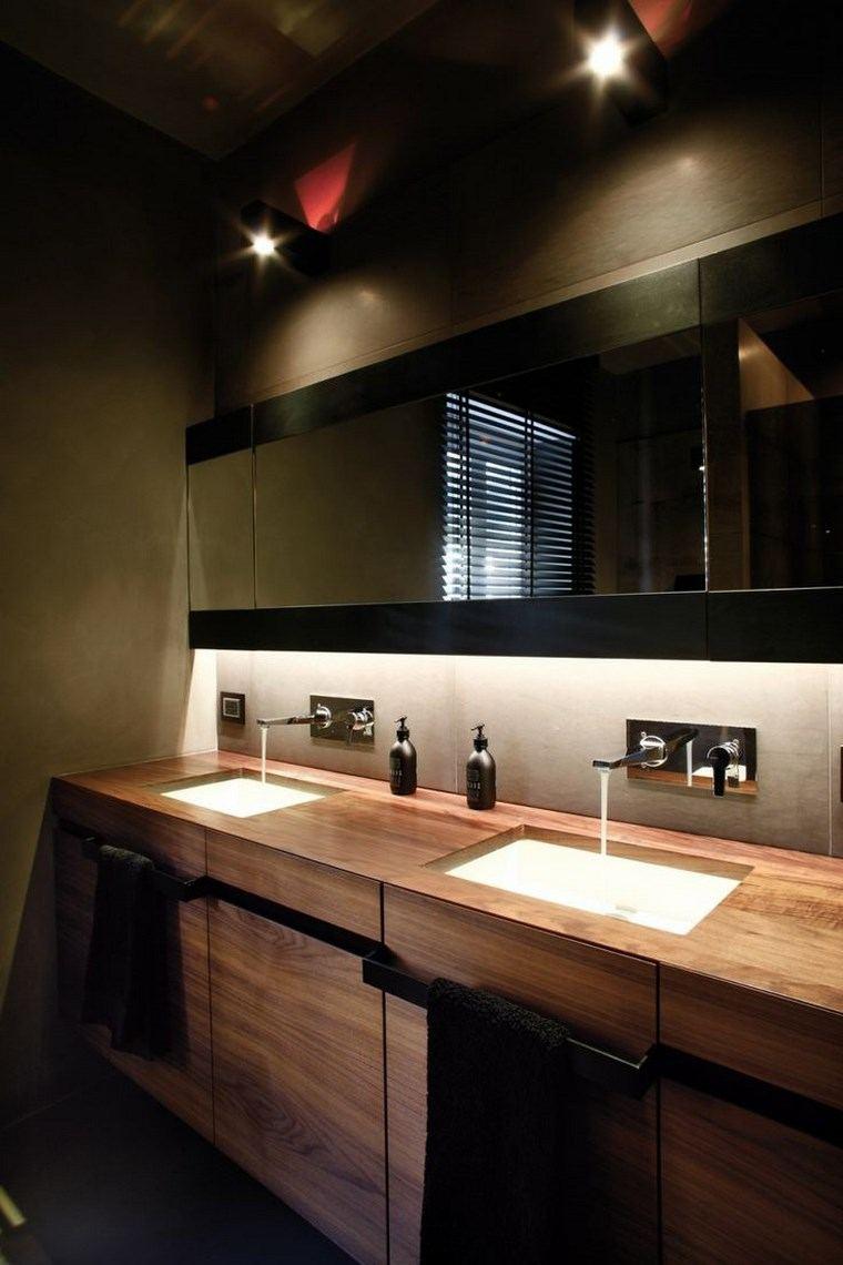reformar bano iluminacion lavabo madera oscuro ideas