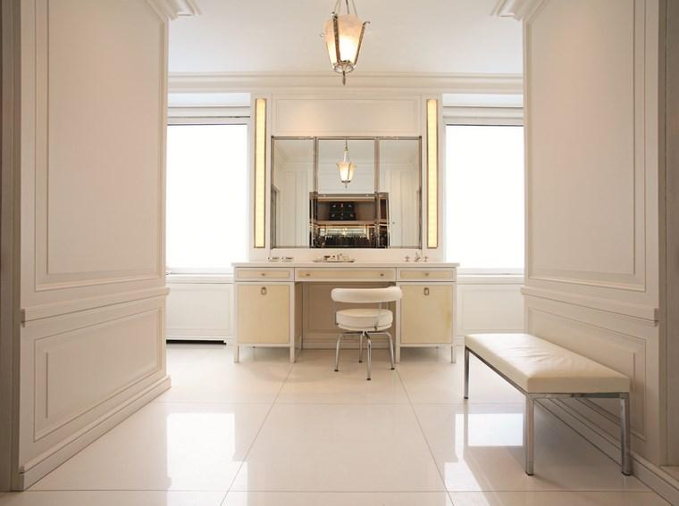 Iluminacion Baño Easy:Baño moderno con lámpara de techo y apliques en los lados del espejo