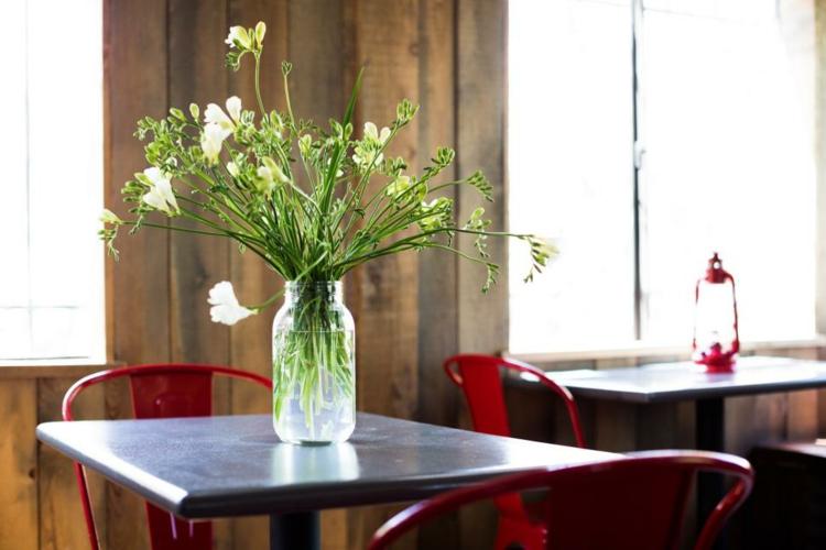 rustico-diy-centro-restaurante-sillas-rojas