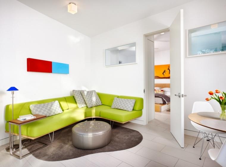 sala blanca elementos colores brillanes