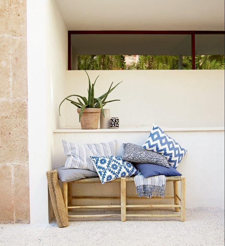 terrazas con encanto cojines azules macetas