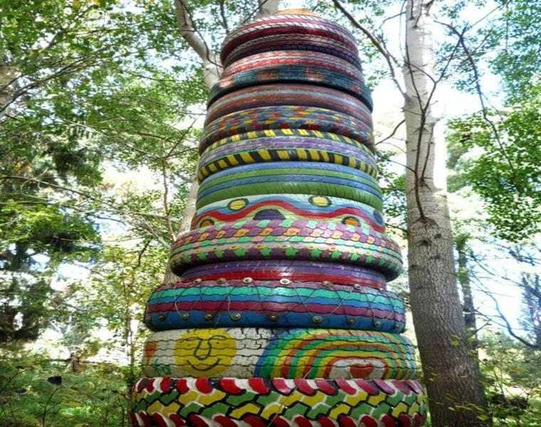 torre totem neumaticos viejos colores