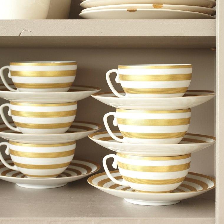 amontonar tazas cubiertos vajillas café