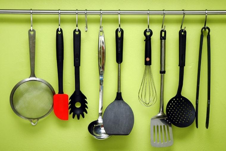 Trucos e ideas geniales para ahorrar espacio en la cocina for Ganchos para colgar en las puertas
