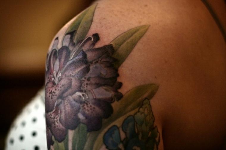 bonita flor tatuaje mujer