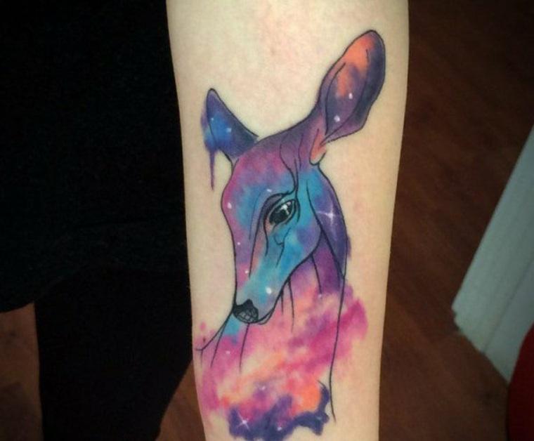 bonito tatuaje ciervo colores