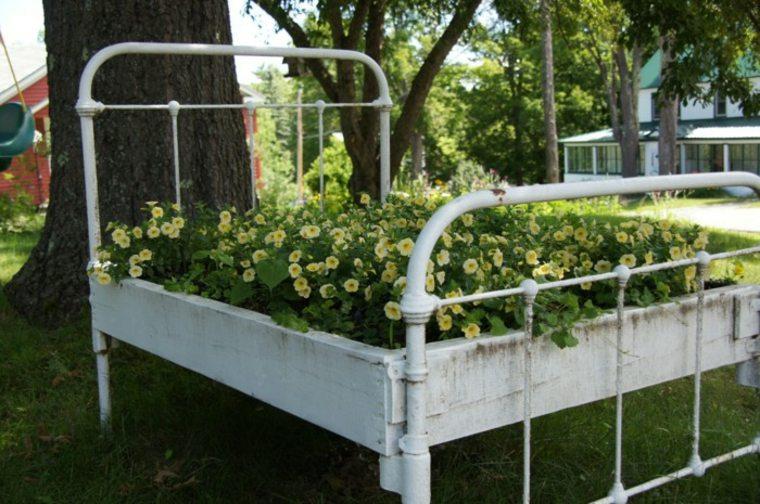 cama vieja jardinera plantas