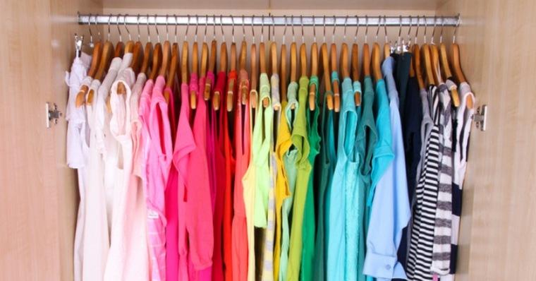 camisetas colores ordenadas vestidor armario