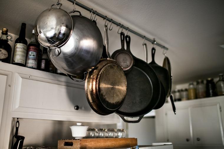 Trucos e ideas geniales para ahorrar espacio en la cocina for Colgar muebles de cocina