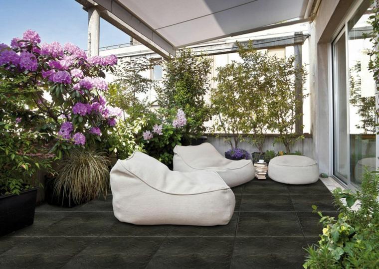 decoracion de terrazas diseño flores jarrones puf