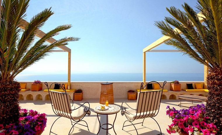 decoracion terraza atico diseno muebles acero macetas palmeras ideas
