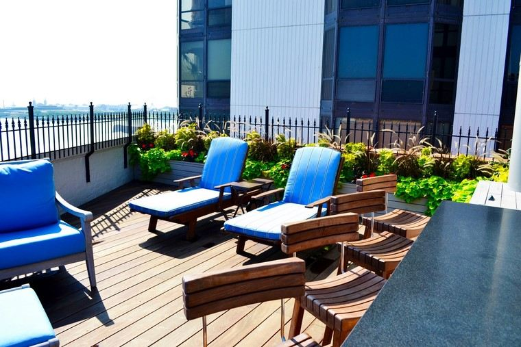 decoracion terraza atico diseno tumbonas madera ideas