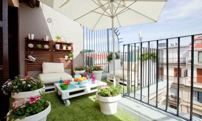 decoracion terrazas pequeñas soleadas blancos