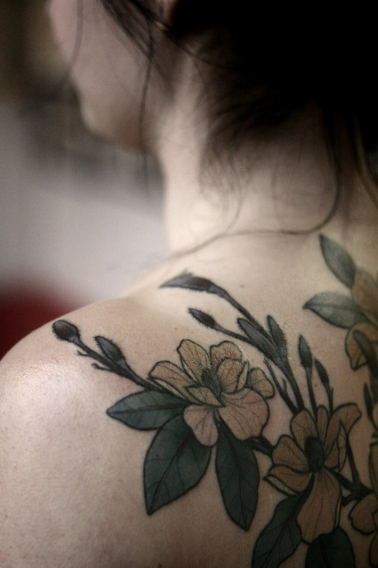 espalda tatuajes flores mujer