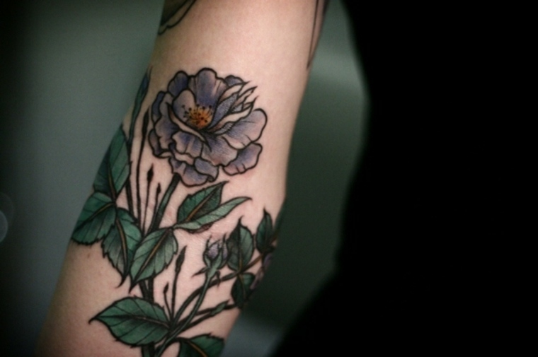 flores brazo mujer tatuaje