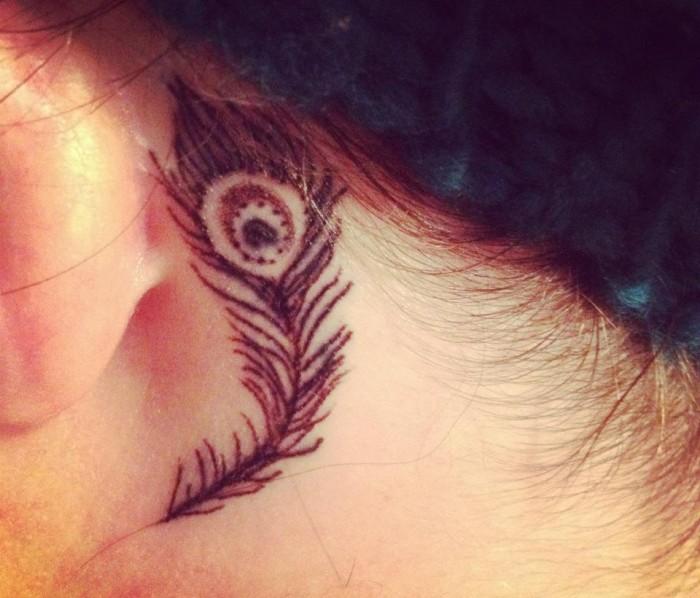 fotos de tatuajes disenos mujeres pluma pavo real ideas