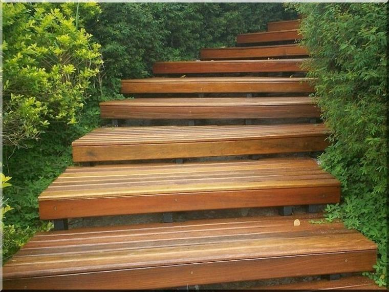 ideas escaleras madera jardin