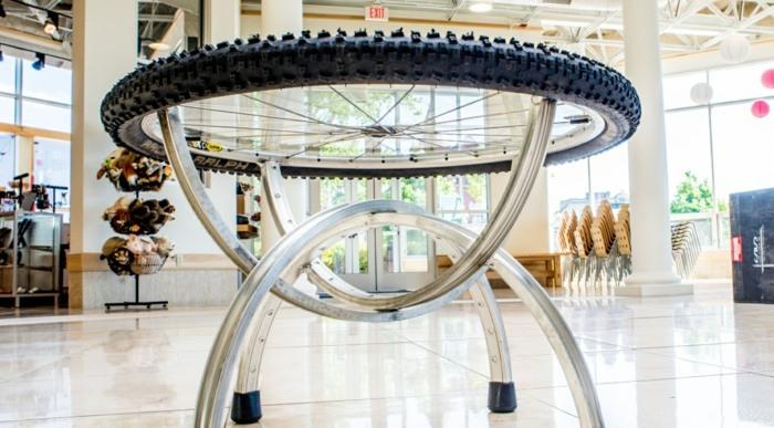La bicicleta y el reciclaje 31 ideas de llantas para decorar for Como reciclar una mesa de tv vieja