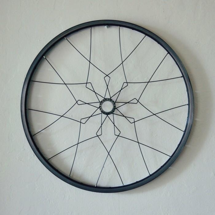 la bicicleta vieja llanta pintada negro decorar pared casa ideas