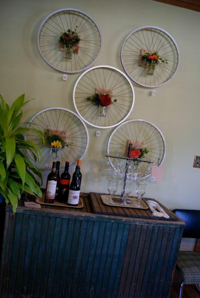 la bicicleta vieja llantas pintadas blanco decorar pared ideas