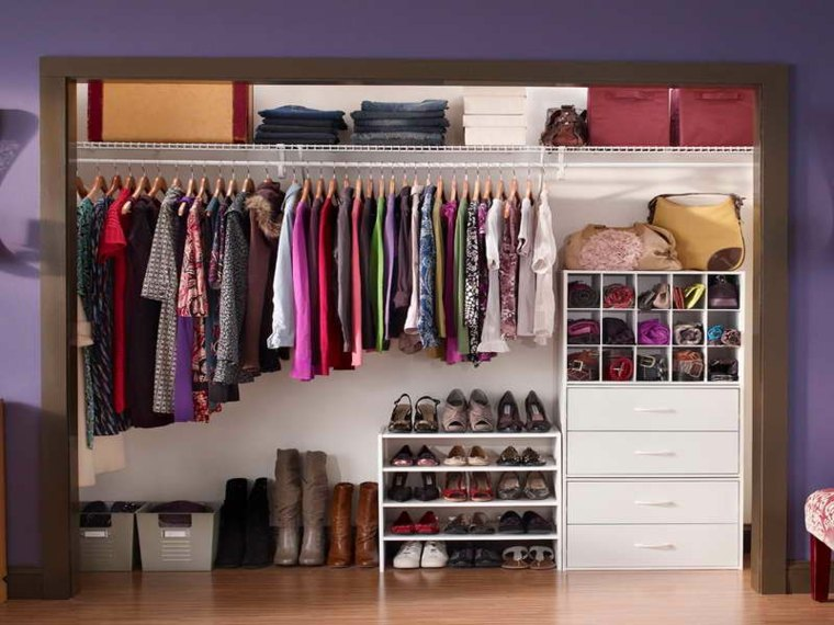 Como organizar un armario 44 consejos que te ayudar n for Cajas para guardar ropa armario