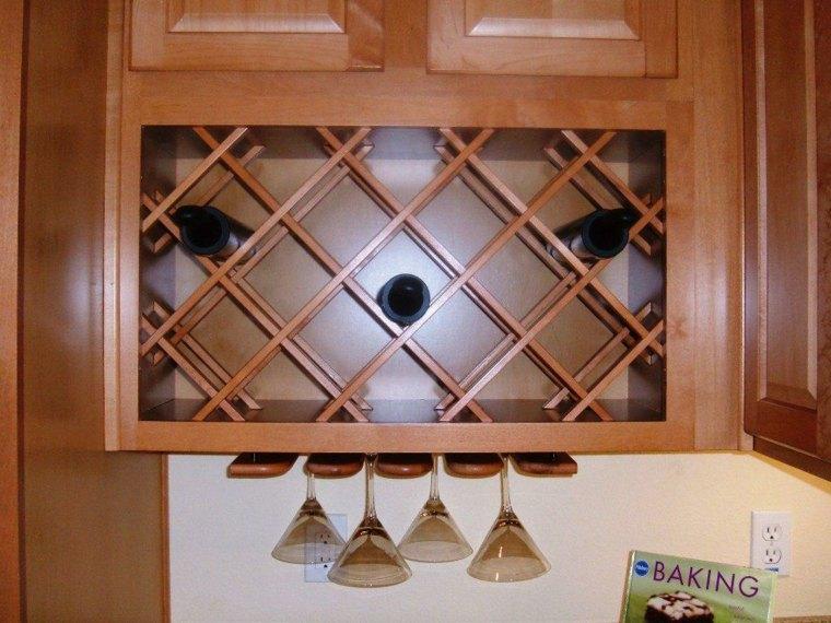 Trucos e ideas geniales para ahorrar espacio en la cocina - Muebles para poner botellas de vino ...