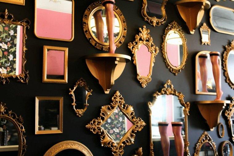 pared negra decorada espejos