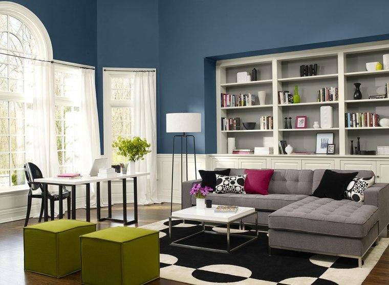 paredes-azules-alfombra-cojines-blanco-negro-estanteria