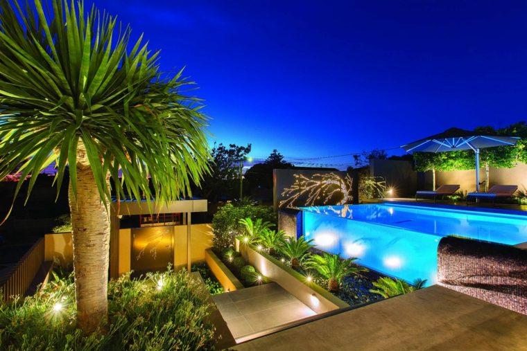 piscinas transparentes iluminadas noche ideas