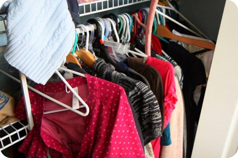 ropa armario muy desordenado perchas