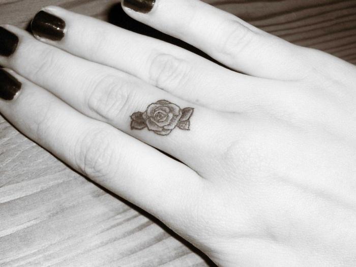 rosas tatuajes estilos sencillos pequeña