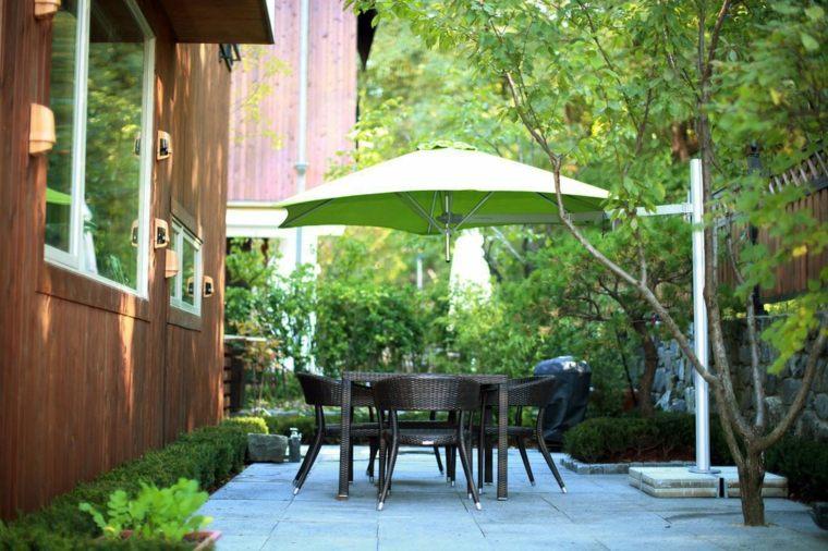 sombra y luz jardin sombrilla verde muebles comedor ideas