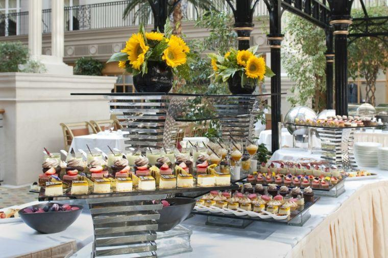tapas-invitados-cumplenaos-mesa-aire-libre-decoracion