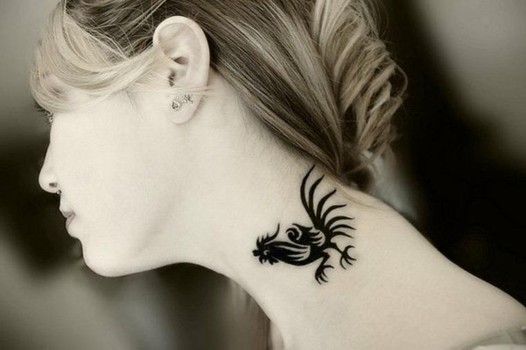 tatuaje cuello forma gallo minimal